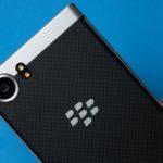 BlackBerry Keyoneの耐久性テストは接着剤のない薄暗い画面を明らかに