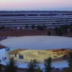 新しいApple Parkのドローンの映像、Steve Jobs Theatreのより多くの造園、照明を表示