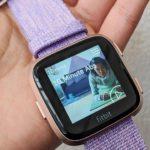 Fitbit Versaは、柔らかいデザインのスマートウォッチに